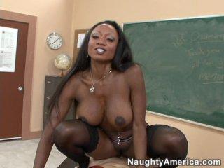 Студент трахнул свою грудастую чернокожую преподшу